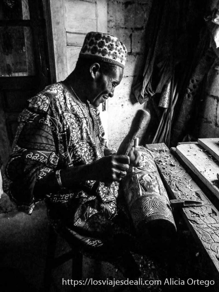 artesano de la madera de foumban trabajando