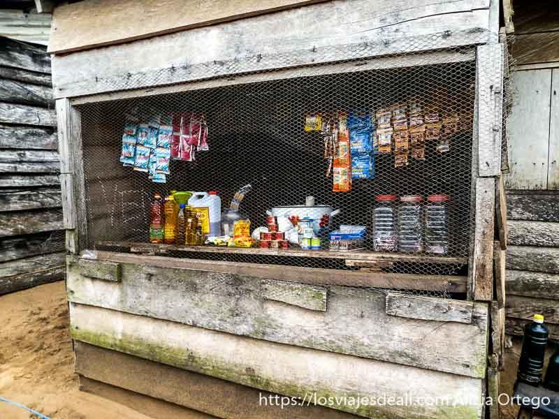 tienda de londji con rejilla para proteger mercancías