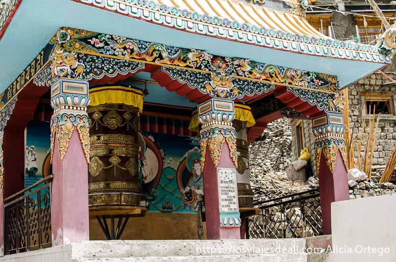 templete con dos grandes campanas de oración monasterio de lamayuru