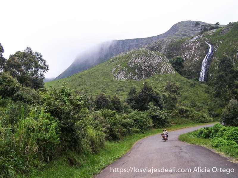 carretera en la ring road de montes bamileké con cascada al fondo