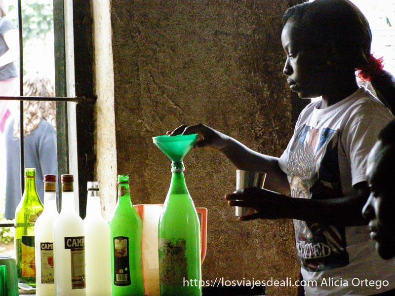 mujer preparando licor casero en bafut montes bamileké