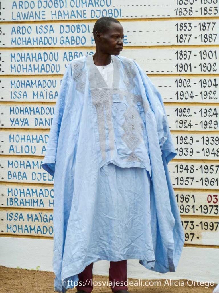hombre con túnica azul y sin turbante ngaoundere