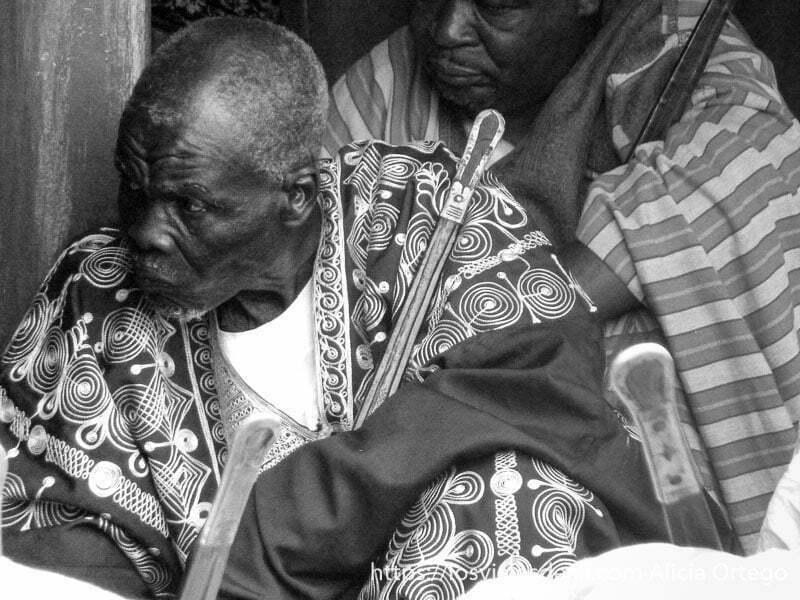 hombre con túnica bordada escuchando al lamido ngaoundere