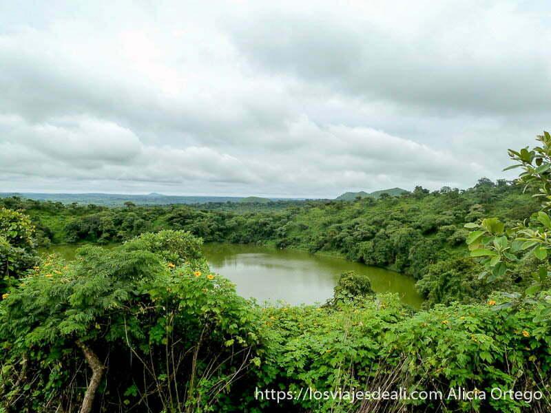 Lac Tison rodeado de vegetación selvática