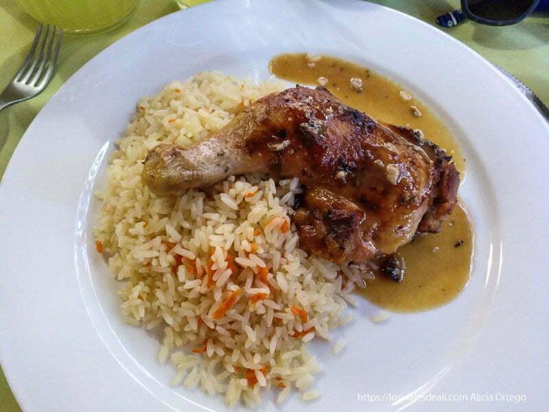 plato con pollo asado y arroz en san pedro de atacama