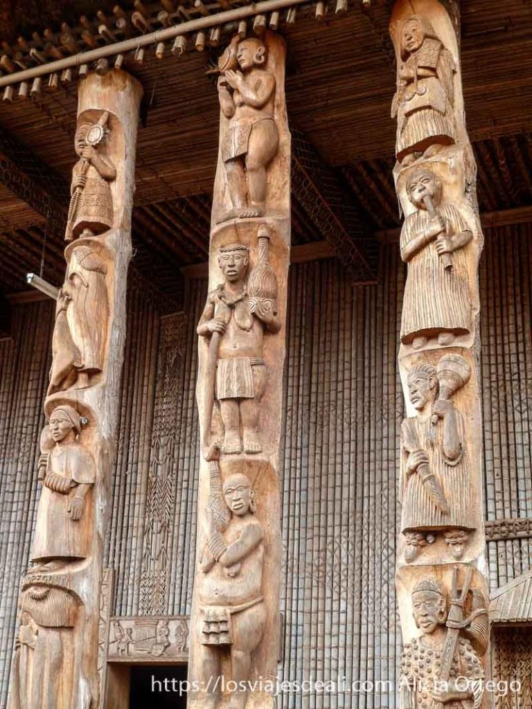 columnas de madera con relieves de músicos en país bamileké