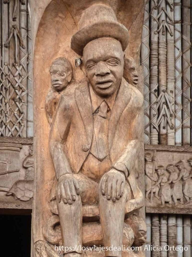 relieve en madera de músico de blues en país bamileké