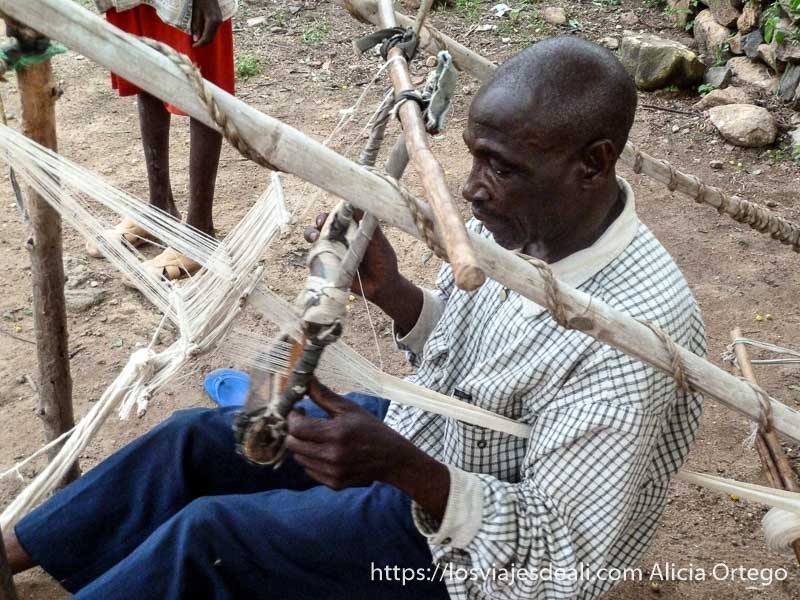 tejedor utilizando telar antiguo que se acciona con los pies rumsiki camerún