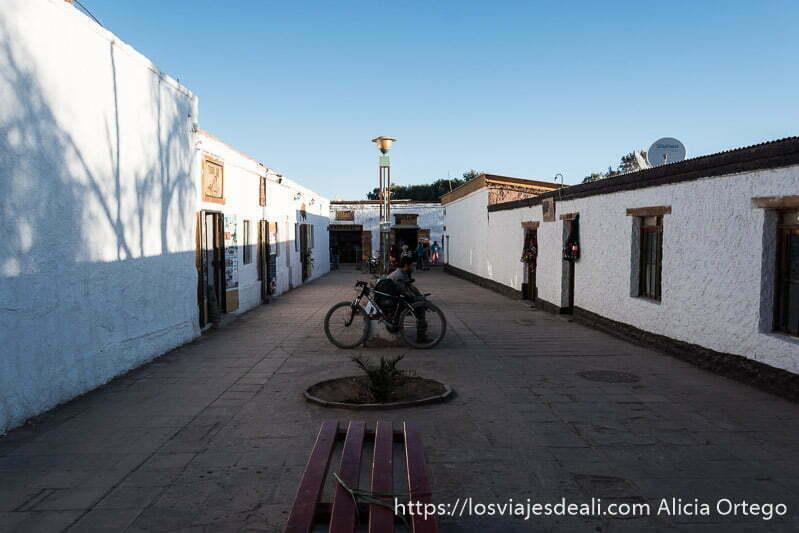 calle de casas encaladas en San Pedro atacama