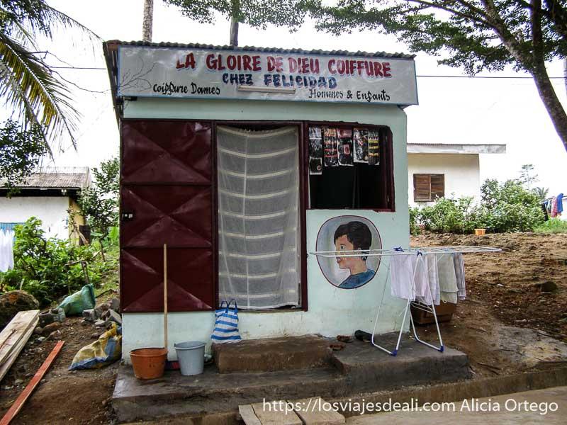 """peluquería """"la gloria de dios"""" en una caseta pequeña sur de camerún kribi"""