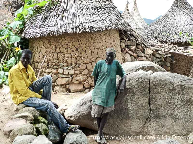 señor con camisa verde y gorrito delante de su casa trekking en el monte ziver