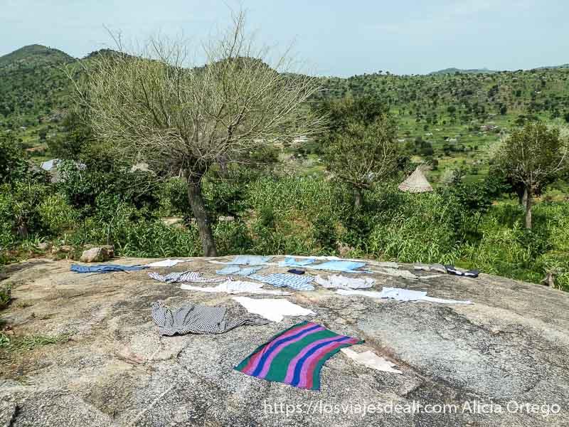 ropa puesta a secar sobre las rocas con paisaje verde trekking en el monte ziver