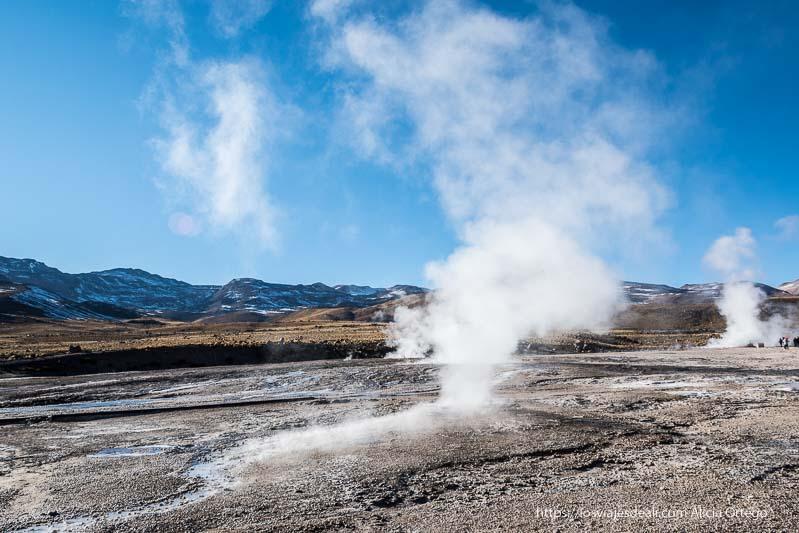 columna de vapor que se extiende por el arroyo del agua en geysers del tatio