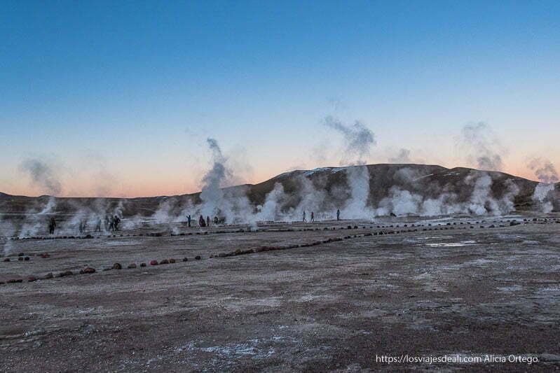 horizonte lleno de fumarolas con luz de amanecer en geysers del tatio