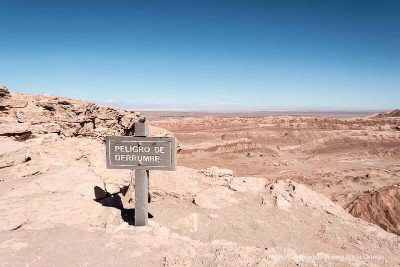"""cartel de madera que dice """"peligro de derrumbe"""" al borde del mirado del coyote en el valle de la luna"""