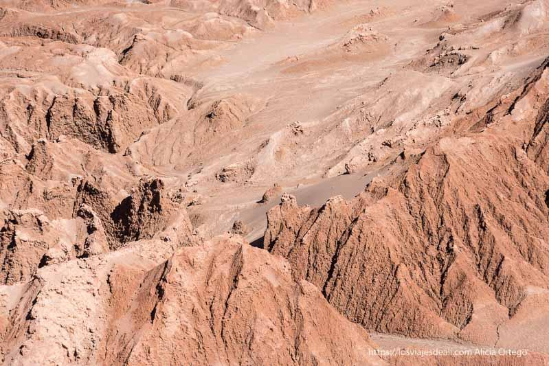 pináculos y aristas de arena roja en el valle de la luna de atacama