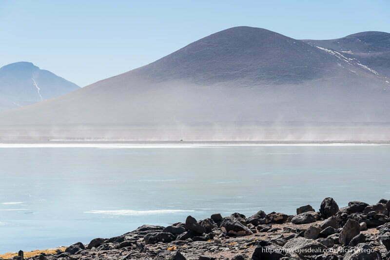 coches dejando estelas de polvo junto a la laguna blanca bolivia