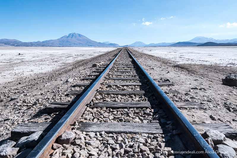 vía de tren en medio del salar chiguana de bolivia