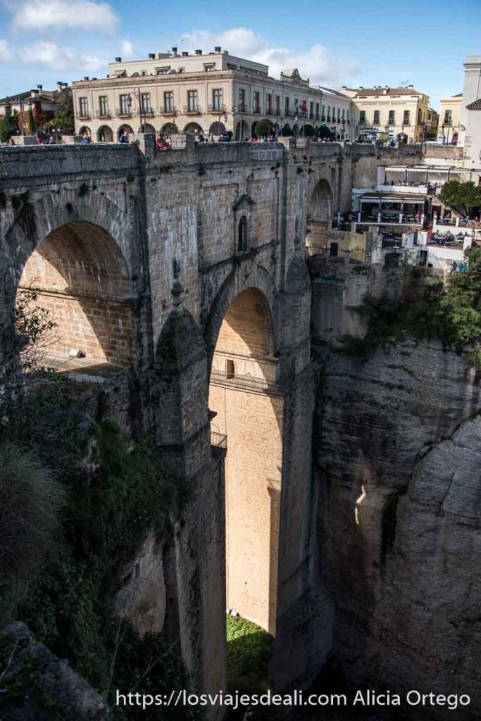 puente nuevo con sol entrando por su arco escapada a ronda