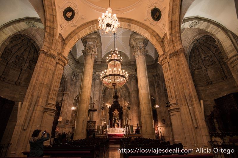 alta mayor con gran lámpara bajo una bóveda sostenida por grandes columnas escapada a ronda