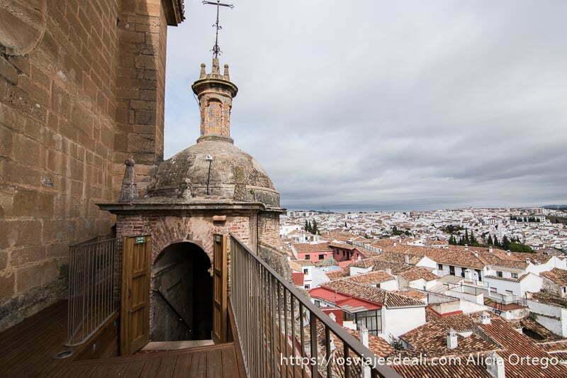 vistas de ronda con sus casas blancas y tejados de teja roja desde cubierta de iglesia santa maría la mayor