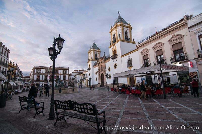 plaza e iglesia del socorro en atardecer nublado escapada a ronda