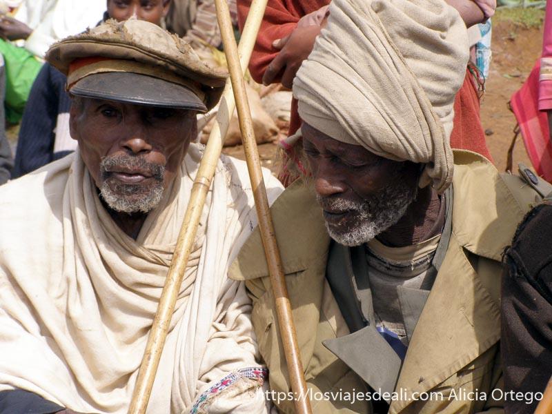 dos hombres ancianos uno con turbante y otro con gorra vieja