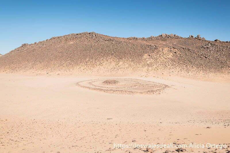 tumba preislámica en el sahara consistente en tres círculos de piedras y un montículo en el centro