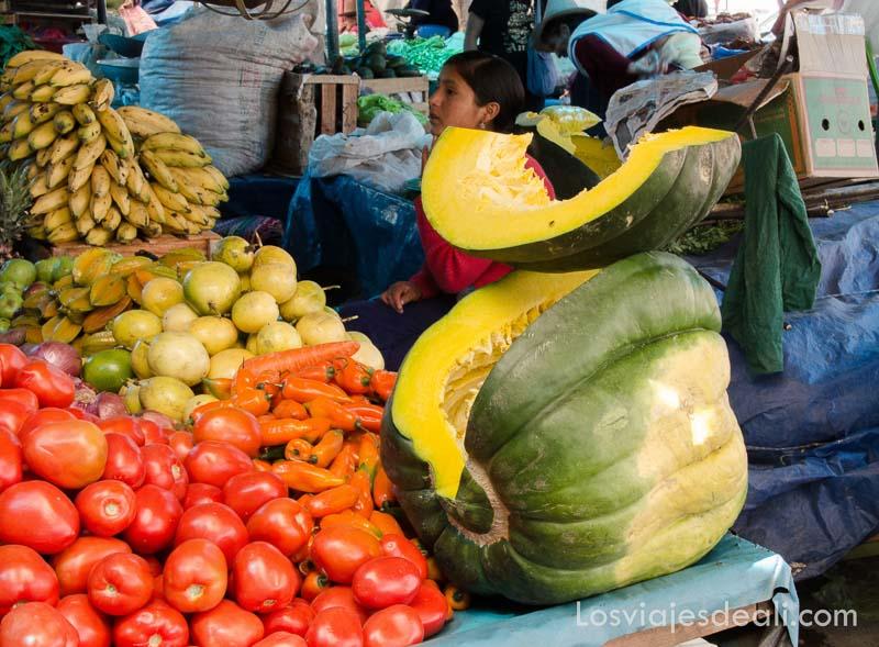 puesto de mercado con una calabaza enorme abierta en el callejón de huaylas