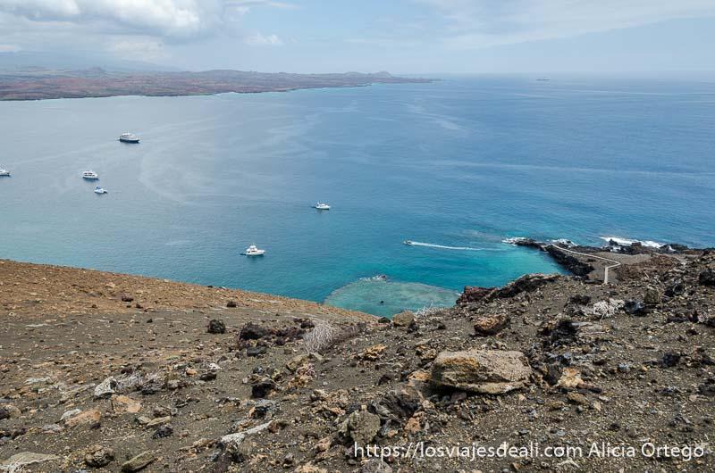 vistas desde el mirador de isla bartolomé con el mar y algunos barcos blancos