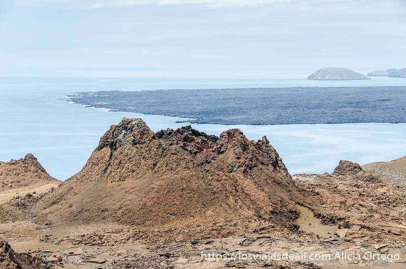 cráter de volcán en la isla bartolomé con el mar detrás