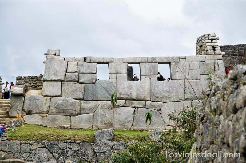 fachada del templo de las tres ventanas de piedra clara