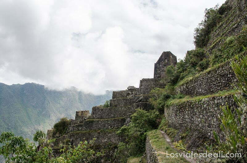 edificios de piedra inca construidos en terraza en la montaña
