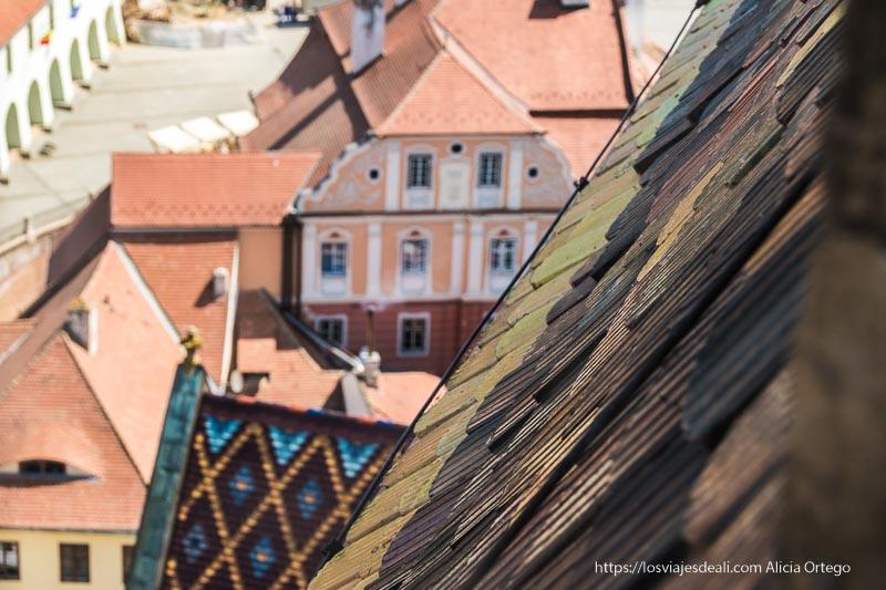 tejas de colores y la ciudad abajo