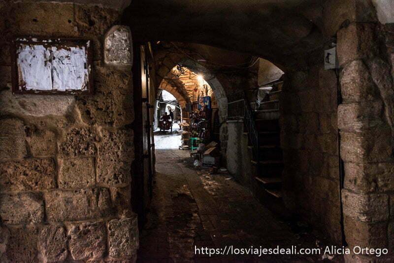 calle techada del zoco de sidón con escaleras para entrar en edificio a la derecha