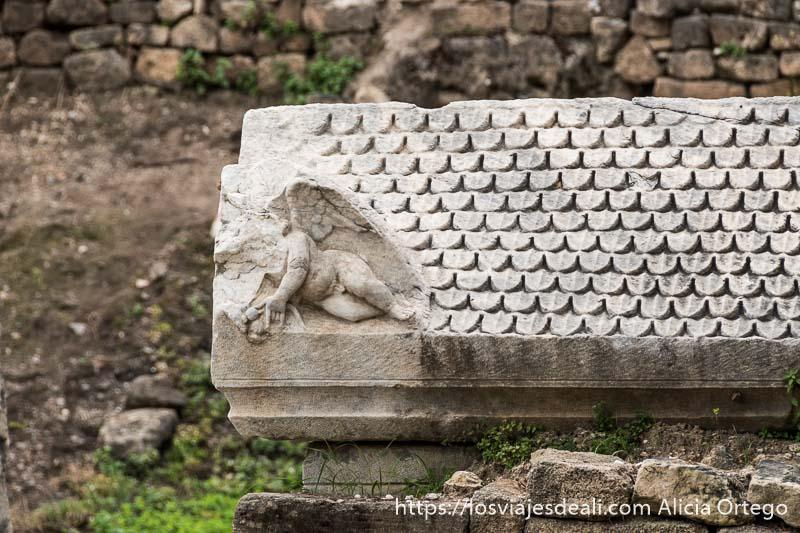 sarcófago de tiro con tapa con relieve de un ángel