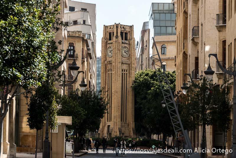 torre con reloj al fondo de una calle con farolas a los lados en beirut
