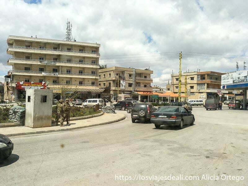 glorieta con garita y dos militares de guardia en líbano