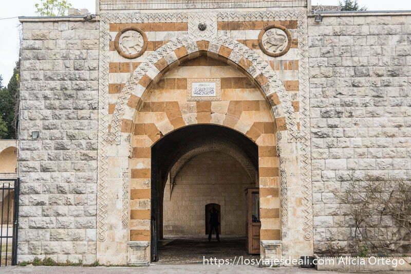 puerta del palacio de beiteddine con piedras de dos colores formando rayas horizontales en la excursión a los alrededores de beirut