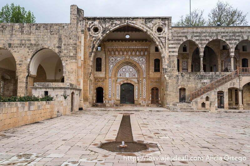 patio con fuente y gran puerta al fondo adornada con mármoles de colores en la excursión a los alrededores de beirut