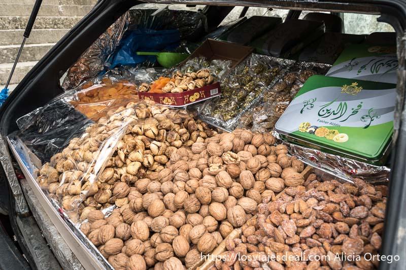 maletero de coche convertido en tienda con cajas de nueces, almendras e higos secos con nuez dentro en deir el qamar en la excursión a los alrededores de beirut