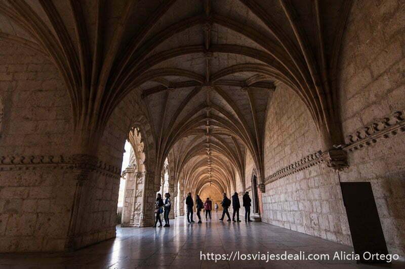 pórtico con arcos y gente en el pasillo en el monasterio de belem