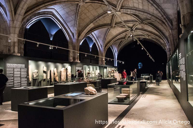 sala del museo arqueológico de belem con techo de piedra del monasterio