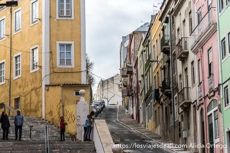 calles de belem con escaleras y casas pintadas de colores