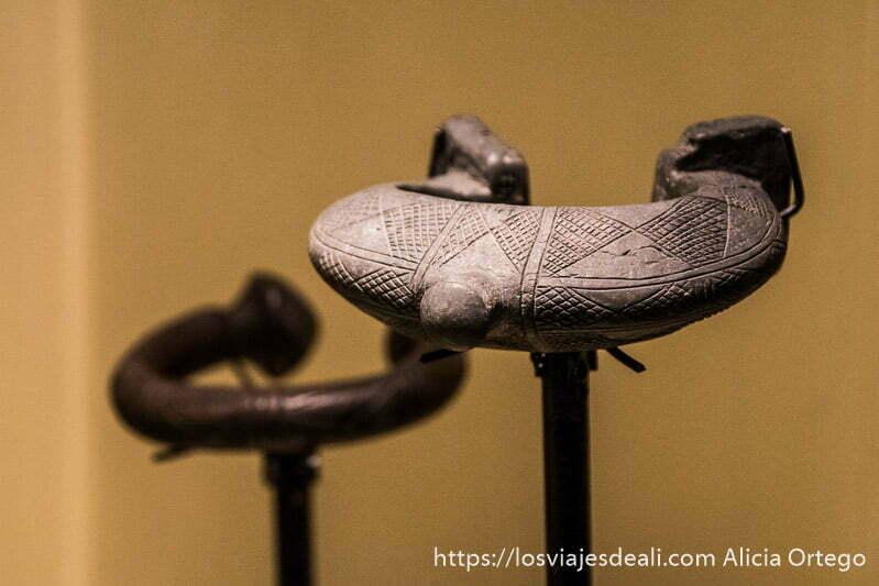 argollas de hierro que llevaban los esclavos en el museo arqueológico de belem