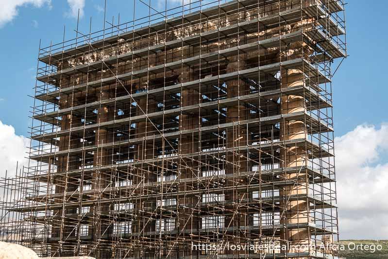 las seis columnas gigantescas y cubiertas de andamios del templo de júpiter