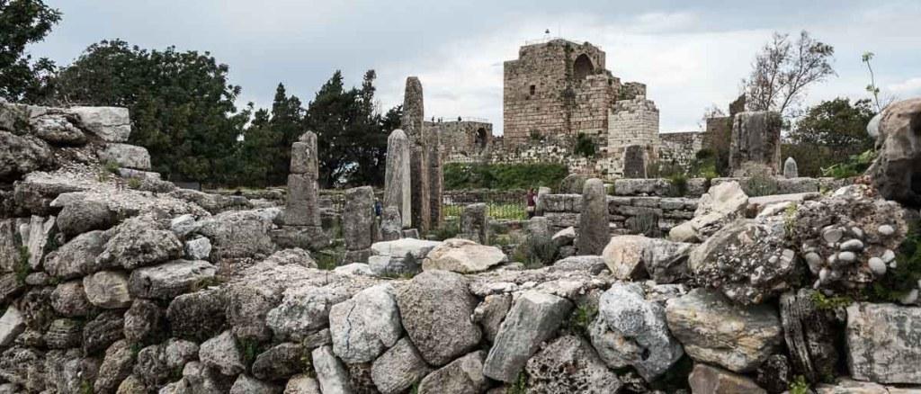 vista de la ciudad antigua de byblos con el castillo de los cruzados al fondo
