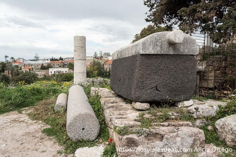 sarcófago y columnas una de pie y otra tumbada en la ciudad antigua de byblos