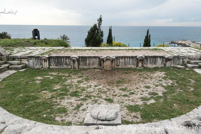 teatro romano frente al mar en la ciudad antigua de byblos