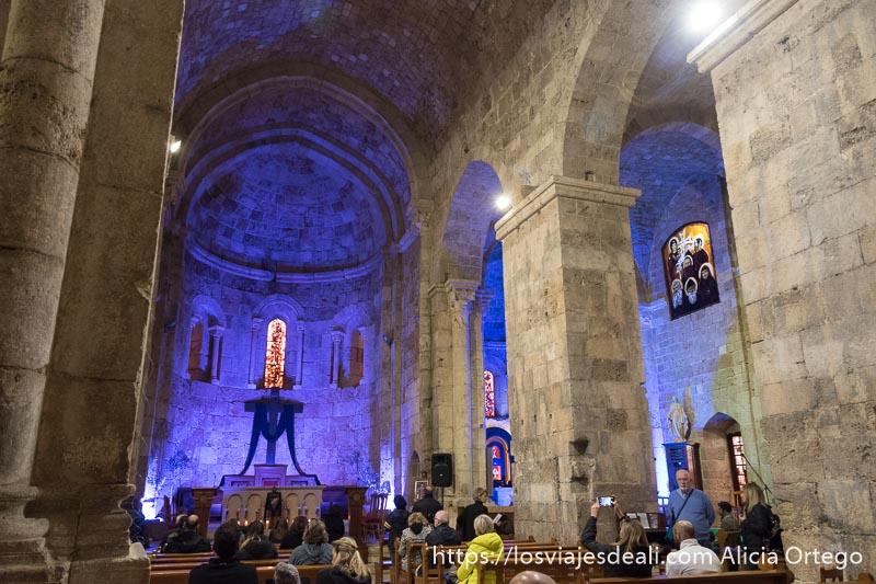 interior de iglesia cristiana en byblos con iluminación azul